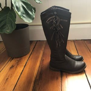 Brown boots with fringe